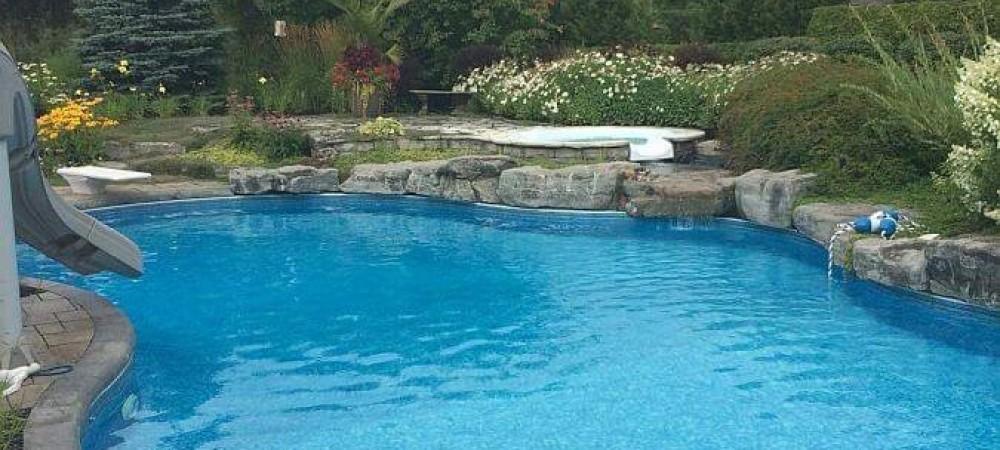 nettoyage de piscine en action